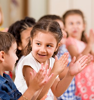 young children clapping